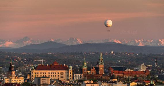 Fotografowi z Małopolski, Janowi Ulickiemu udało się wczoraj uchwycić rzadki widok. Z Krakowa widoczne były tatrzańskie szczyty. Piękne ujęcie udało się zrobić dzięki dobrej widoczności.