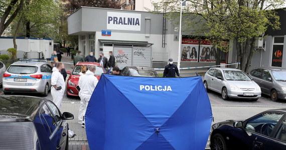 Dziś zostanie wszczęte śledztwo w sprawie piątkowego zabójstwa w pralni na warszawskim Gocławiu. Od uderzeń nożem zmarł 73-letni mężczyzna. Policjanci zatrzymali jego 37-letniego syna. Mężczyzna w ciężkim stanie trafił do szpitala.