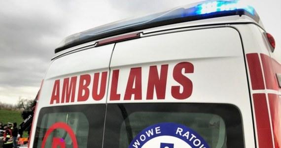 To ojciec kierował koparko-ładowarką, która śmiertelnie potrąciła wczoraj 4-letnią dziewczynkę w Wybudowaniach Dąbrowskich w gminie Karsin (woj. pomorskie). Wstępne ustalenia policji wskazywały na jednego z krewnych dziecka, 62-latka. Okazało się, że próbował on wziąć winę na siebie.