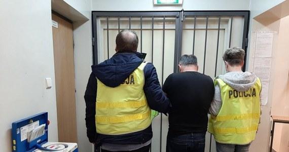 Policjant z Łodzi po służbie zatrzymał na gorącym uczynku sprawcę włamania do samochodu. Mężczyzna ukradł z auta kilkaset tysięcy złotych. Funkcjonariusz ruszył za nim w pościg, dzięki czemu udało się zatrzymać złodzieja i odzyskać pieniądze. Sprawca trafił do aresztu.