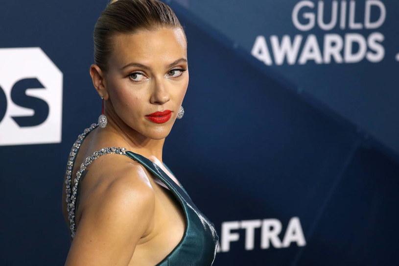 """Hollywoodzkie Stowarzyszenie Prasy Zagranicznej znalazło się niedawno w ogniu krytyki. Powodem niezadowolenia części odbiorców i ekspertów z branży filmowej jest brak różnorodności rasowej w szeregach organizacji. Do grona publicznie potępiających stowarzyszenie gwiazd dołączyła teraz Scarlett Johansson. Pięciokrotnie nominowana do Złotego Globu aktorka ujawniła, że członkowie HFPA regularnie dopuszczali się seksistowskich zachowań """"graniczących z molestowaniem seksualnym""""."""