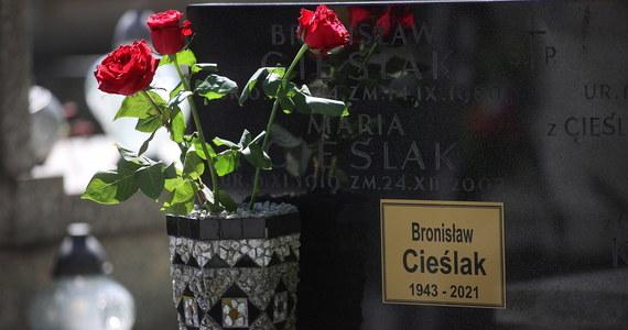 """Zmarły 2 maja Bronisław Cieślaka – dziennikarz, prezenter telewizyjny, były poseł na Sejm i aktor znany z roli porucznika Sławomira Borewicza w serialu """"07 zgłoś się"""" – został pochowany na Cmentarzu Podgórskim w Krakowie."""