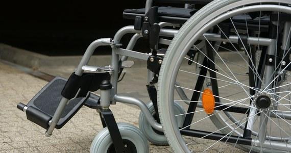Ciało mężczyzny na wózku inwalidzkim znaleźli ratownicy przed południem w Szczecinie. Nieżywy mężczyzna na chodniku u zbiegu ulic Jarzębinowej i Batalionów Chłopskich znajdował się co najmniej kilka godzin, zanim ktoś wezwał pomoc.