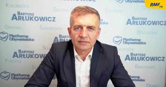 """""""Liderzy lewicy postanowili zapukać do drzwi Dworczyka i Morawieckiego. Ludzie lewicy zostali na dole sami. Skąd to wiem? Każdego dnia dzwonią i pytają: co się stało, co my mamy robić?"""" - mówił w Popołudniowej rozmowie w RMF FM europoseł i wiceprzewodniczący Platformy Obywatelskiej Bartosz Arłukowicz, nawiązując do sejmowego głosowania dot. Funduszu Odbudowy. """"PO musi być partią centrum, która otwiera się na swoje skrzydła - lewe i konserwatywne"""" - dodał."""
