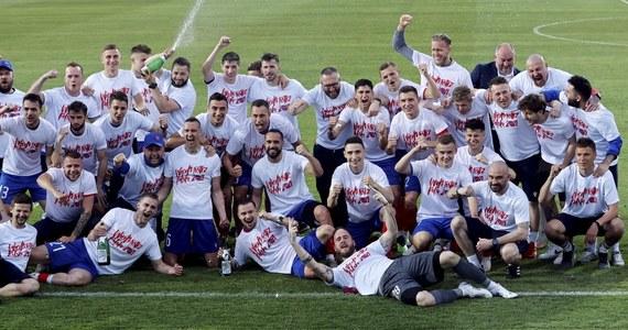 Piłkarze Rakowa Częstochowa zapewnili sobie pierwsze w historii wicemistrzostwo Polski. Pokonali drużynę Piasta Gliwice 1:0 i na jedną kolejkę przed końcem rozgrywek mają cztery punkty przewagi nad trzecią Pogonią Szczecin. Wcześniej tytuł mistrzowski wywalczyła Legia Warszawa.
