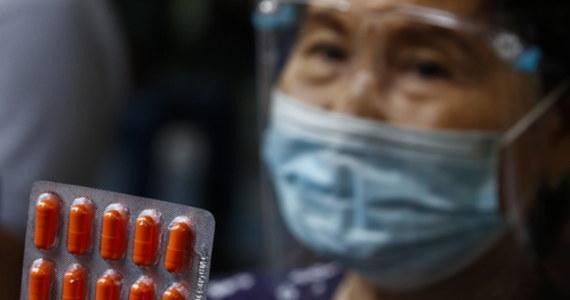 """Lek iwermektyna wykazuje duże, statystycznie istotne, zmniejszenie ryzyka zachorowania na Covid-19 i śmierci z powodu tej choroby – wykazało recenzowane badanie, którego wyniki opisano na łamach """"American Journal of Therapeutics"""". Badanie przeprowadzili eksperci z FLCCC Alliance, czyli Front Line COVID-19 Critical Care Alliance: to założona w marcu 2020 organizacja lekarzy i naukowców, której celem jest opracowywanie i stałe udoskonalanie terapii chorych na Covid-19."""