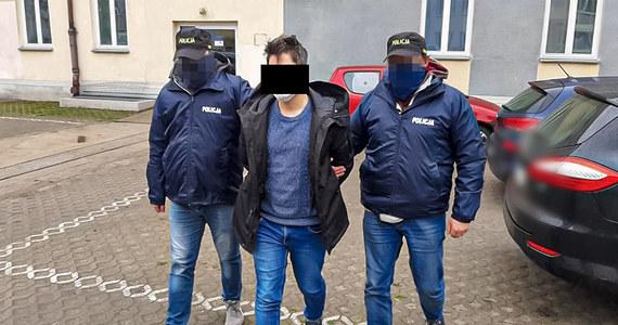 """Dwaj mężczyźni upozorowali porwanie jednego z nich, by od rodziny wymusić okup w wysokości kilku milionów złotych na rozwój firmy. Zatrzymali ich policjanci z CBŚP i komendy stołecznej. Prokuratura Okręgowa Warszawa-Praga zwróciła się do sądu o areszt dla """"biznesmenów""""."""