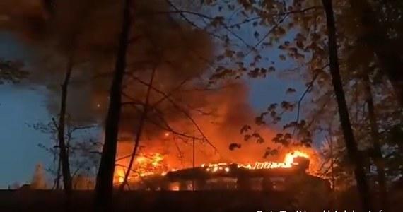 Akcja strażaków w Bielsku-Białej: na terenach sąsiadujących z dworcem kolejowym wybuchł pożar.