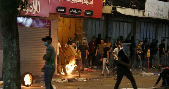 Kolejne starcia w poniedziałek wieczorem między Palestyńczykami a izraelską policją w Jerozolimie - pisze agencja AFP. Palestyński Czerwony Półksiężyc informował o wielu rannych.