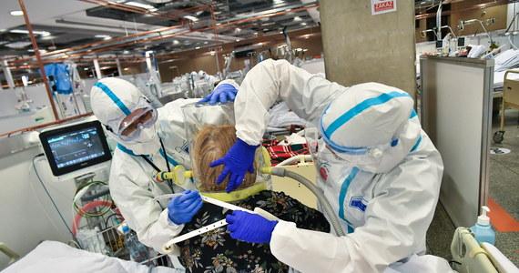"""Trzecia fala pandemii nie wygaśnie zupełnie w najbliższych tygodniach, czeka nas pewne odbicie. """"W ciągu kilku tygodni będziemy widzieli wzrost liczby zachorowań"""" - ostrzegają naukowcy z zespołu covidowego Uniwersytetu Warszawskiego. Przewidują dwa możliwe scenariusze - optymistyczny, z niewielkim wzrostem i pesymistyczny, z podwojeniem obecnej liczby zakażeń."""