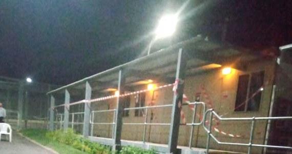 Pensjonariusze zamkniętego ośrodka dla imigrantów w środkowej Australii spędzili 5 miesięcy na kopaniu tunelu, którym mogliby uciec. Wejście do niego, ukryte pod komodą, odkryto w pokoju jednego z imigrantów – jak pisze portal ABC – Polaka.