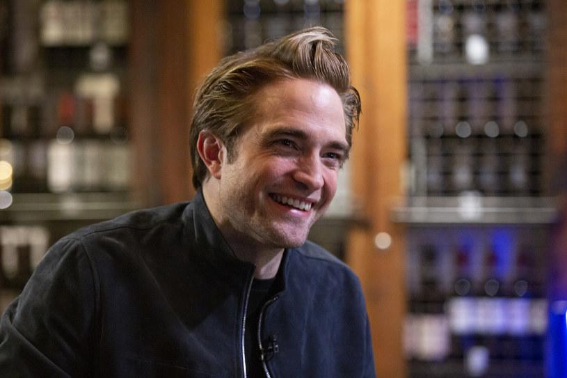 """Obchodzący 35. urodziny Robert Pattinson jest jednym z najciekawszych aktorów młodego pokolenia. Brytyjczyk zdobył światową sławę dzięki roli w hitowej sadze dla nastolatków """"Zmierzch"""". Później przez lata udowadniał, że nie jest tylko przystojnym odtwórcą jednej roli. Ostatnio Pattinson powrócił do mainstreamu za sprawą angażu w thrillerze science fiction Christophera Nolana """"Tenet"""". Fani wyczekują już także z niecierpliwością jego występu w produkcji """"The Batman""""."""