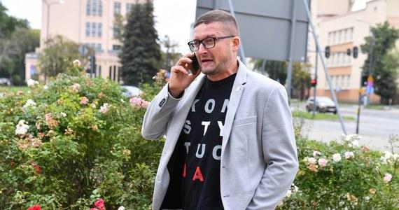 """Sąd Okręgowy w Olsztynie wstrzymał  """"skuteczność i wykonalność uchwały Izby Dyscyplinarnej Sądu Najwyższego"""", która zawieszała sędziego Pawła Juszczyszyna w pracy i obniżała mu wynagrodzenie. Postanowienie jest nieprawomocne. Mimo tej decyzji prezes Sądu Rejonowego w Olsztynie Maciej Nawacki deklaruje, że nie przywróci Juszczyszyna do pracy."""