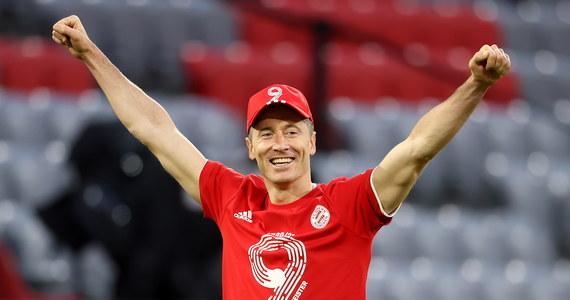 """Jednej bramki brakuje Robertowi Lewandowskiemu do wyrównania niemal 50-letniego rekordu Bundesligi w liczbie strzelonych goli w jednym sezonie. Ma przed sobą jeszcze dwa mecze - z Freiburgiem i Augsburgiem. """"Muszę pozostać spokojnym, bo jak się czegoś za bardzo chce..."""" - skomentował."""