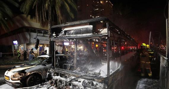 Syreny alarmowe rozległy się wieczorem w Tel Awiwie - doniosła agencja Reutera. Islamski Hamas oświadczył, że wystrzelił 130 rakiet w kierunku Izraela w odwecie za zniszczenie wieżowca w Gazie. Jedna z nich uderzyła w budynek w mieście Holon. To kolejny niespokojny dzień w Państwie Żydowskim. Izraelska armia i siły palestyńskie wzajemnie się ostrzeliwują - są ofiary śmiertelne i wielu rannych.