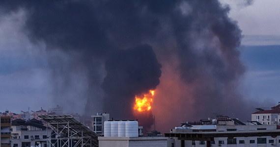 Izraelska armia poinformowała rano, że przeprowadziła kolejną serię ataków lotniczych na Gazę, uderzając w domy wysokich rangą członków Hamasu. Ugrupowanie to oświadczyło natomiast, że podczas nalotów zniszczona został kwatera główna policji. Według źródeł palestyńskich izraelskie naloty spowodowały w Gazie śmierć co najmniej 35 osób. W atakach rakietowych na Izrael zginęło do tej pory pięć osób.