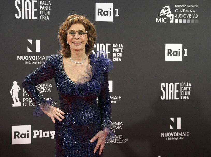 """""""Bez kina absolutnie nie mogę żyć"""" - powiedziała Sophia Loren, odbierając we wtorek najważniejszą włoską nagrodę filmową - David di Donatello, dla najlepszej aktorki. Zagrała główną rolę w filmie """"Życie przed sobą"""", który wyreżyserował jej syn, Edoardo Ponti."""
