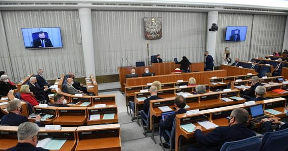 Senat nie zajmie się na dzisiejszym posiedzeniu ratyfikacją Funduszu Odbudowy - tak zdecydował marszałek Tomasz Grodzki. Polityk zapowiedział, że sprawa trafi pod obrady dopiero przerwie, czyli 27 maja. Większość senacka zapowiedziała także złożenie poprawek do ustawy.