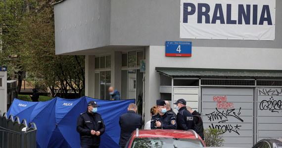 73-latek zginął od dwóch ciosów nożem zadanych w okolice serca podczas awantury, do której doszło w pralni na warszawskim Gocławiu - dziennikarz RMF FM poznał wstępne wyniki sekcji zwłok mężczyzny, którego w piątek zaatakować miał jego 37-letni syn.