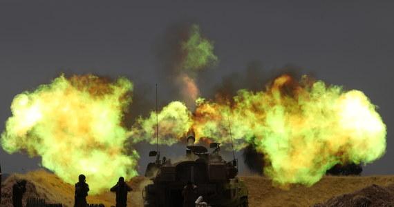 """Ugrupowanie Hamas wzięło na siebie odpowiedzialność za środowy atak rakietowy w pobliżu Strefy Gazy, w wyniku którego dwie osoby - ojciec i jego nastoletnia córka - nie żyją, jedna osoba jest ciężko ranna. Natomiast resort zdrowia Gazy poinformował, że do 43 wzrosła liczba zabitych od poniedziałku w izraelskich atakach lotniczych. Szef rządzącego w tej enklawie Hamasu, Ismail Hanija, powiedział, że to ugrupowanie """"jest gotowe"""" na eskalację ze strony Izraela."""