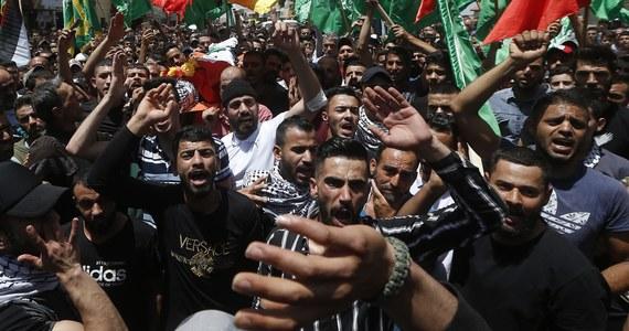 Grupy żydowskich ekstremistów zaatakowały w środę arabskich demonstrantów, sklepy i świątynie w wielu miastach Izraela, zaś w Akce 30-letni Żyd został dotkliwie pobity przez tłum - informują izraelskie media. Ataki skrajnej prawicy potępił sefardyjski naczelny rabin Izraela.