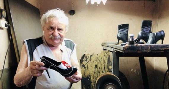 79-letni mistrz szewski – Ryszard Korycki nie zamknie zakładu w Łodzi, który prowadzi od początku lat 80-tych. Jeden z jego stałych klientów opisał w sieci, że szewc nie ma z czego zapłacić czynszu, bo pandemia odebrała mu klientów. Wsparciem dla pana Ryszarda miały być nowe zlecenia na naprawę butów.