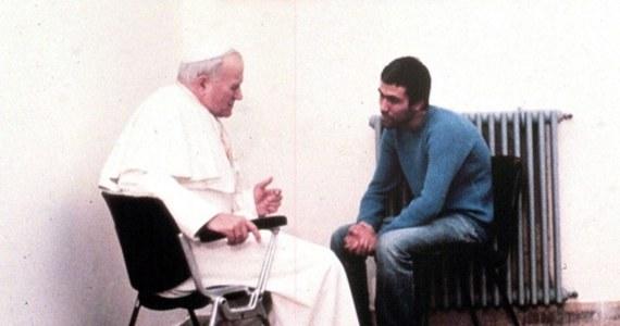 """Jan Paweł II przebaczył zamachowcy; myślał o nim, jak o zagubionym bracie, chociaż Ali Agca nigdy nie przeprosił Jana Pawła II - powiedział PAP kard. Stanisław Dziwisz. Jak zaznaczył - """"papież swoje cierpienia ofiarowywał Bogu za Kościół i świat"""". Dziś mija 40. rocznica zamachu na Jana Pawła II."""