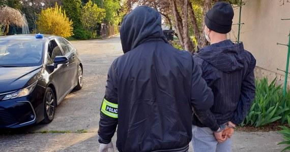 """Policjanci ze stołecznej """"samochodówki"""" zlikwidowali na terenie Wilanowa kryjówkę złodziei, w której demontowane były skradzione luksusowe samochody. Wśród zabezpieczonych części były elementy karoserii i szwedzka rejestracja bentleya, skradzionego w lutym spod domu znanej aktorki, gwiazdy serialu """"Przyjaciółki""""."""