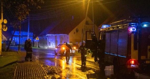 Kilkaset razy interweniowali wieczorem i w nocy strażacy na Dolnym Śląsku, Opolszczyźnie i w Śląskiem z powodu gwałtownych burz. W Szczytnej piorun uderzył w budynek. Poparzony został właściciel domu.