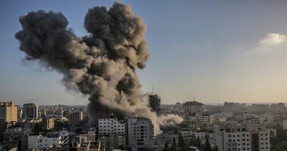 W nocy ze środy na czwartek syreny ostrzegające przed rakietami wystrzelonymi ze Strefy Gazy rozległy się na w Tel Awiwie, a także na południu i - po raz pierwszy - na północy Izraela. Państwo żydowskie odpowiedziało atakami na cele w Strefie Gazy. Wszystkie loty na międzynarodowe lotnisko im. Ben Guriona w Tel Awiwie zostały przekierowane do odwołania - poinformowały dziś władze tego portu.