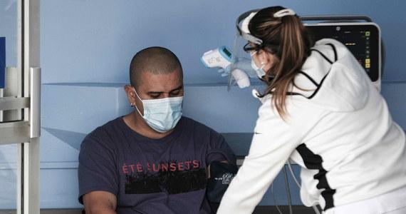 O 3 730 nowych zakażeniach koronawirusem i śmierci 342 chorych na Covid-19 poinformowało w dzisiejszym raporcie Ministerstwo Zdrowia. W szpitalach w całym kraju przebywa obecnie niespełna 13,5 tysiąca pacjentów z Covid-19: o niemal 6 tysięcy mniej niż przed tygodniem.