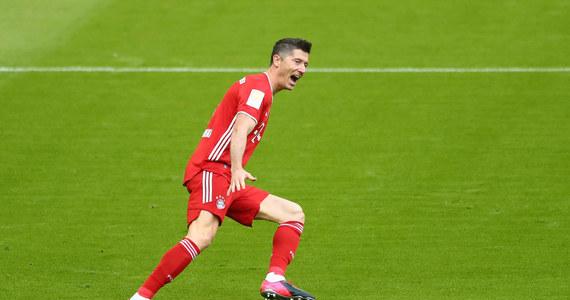 """Robert Lewandowski, zdecydowany lider klasyfikacji strzelców Bundesligi w sezonie 2020/2021, z powodu kontuzji nie dokończył treningu Bayernu Monachium - poinformował """"Bild"""" na stronie internetowej. Nie wiadomo jakiego urazu doznał polski piłkarz."""