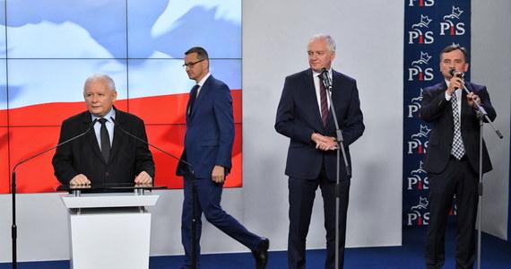 Kierownictwo Prawa i Sprawiedliwości obradowało w czwartek w siedzibie na Nowogrodzkiej w Warszawie. Władze partii miały podjąć decyzję między innymi w sprawie terminu prezentacji nowego programu, a także ewentualnych konsekwencji dla posłów PiS, którzy głosowali przeciwko projektowi ustawy ratyfikacyjnej ws. decyzji o zwiększeniu zasobów własnych UE. Według nieoficjalnych doniesień prezydium Komitetu Politycznego PiS dyskutowało także o przedstawionej przez prezesa NIK Mariana Banasia informacji na temat nieprawidłowości przy organizacji wyborów kopertowych w maju 2020 roku.