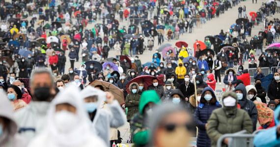 Kilkuset pielgrzymów, którzy przybyli do Fatimy na uroczystości 104. rocznicy rozpoczęcia objawień maryjnych, nie zostało wpuszczonych na teren sanktuarium. Pielgrzymów przybyło po prostu za dużo.