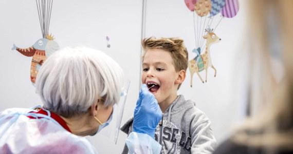 """Większość dzieci zakażonych koronawirusem nie wykazuje typowych objawów Covid-19, gorączki, kaszlu i kłopotów z oddychaniem - głoszą opublikowane w """"Scientific Reports"""" wyniki prowadzonych w Stanach Zjednoczonych badań. Spośród objętych badaniami 12306 zakażonych koronawirusem dzieci do szpitala trafiło 672, z których 118 wymagało intensywnej terapii, w tym 38 pomocy respiratora. Zdaniem autorów pracy, jeśli przy okazji powrotu dzieci do szkół chce się monitorować przebieg pandemii, trzeba prowadzić intensywny program testów."""
