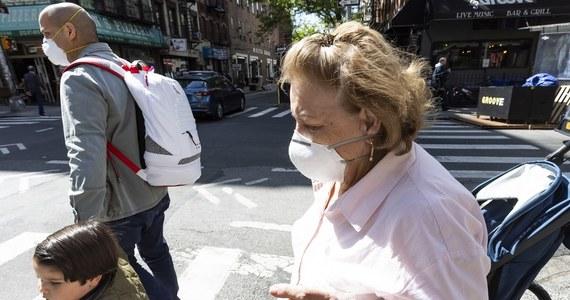 Amerykańskie Centra Kontroli i Zapobiegania Chorobom (CDC) złagodziły w czwartek wytyczne w sprawie noszenia maseczek i dystansu społecznego dla osób w pełni zaszczepionych przeciwko Covid-19. Nie obowiązuje to nawet w większości zamkniętych pomieszczeń.