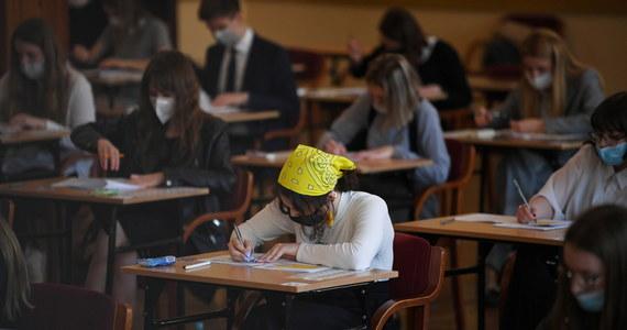 W piątek maturzyści zmierzyli się z chemią na poziomie rozszerzonym. Po południu pisali egzaminy z języka niemieckiego na dwóch poziomach: rozszerzonym i dwujęzycznym.