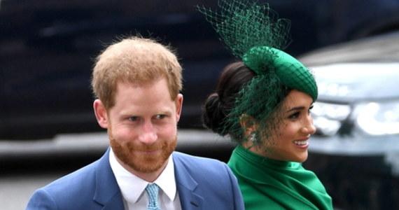 """Kolejny mocny wywiad księcia Harry'ego. W opublikowanej w czwartek rozmowie z Daxem Shepardem, autorem cyklicznego podcastu """"Armchair Expert"""", wnuk brytyjskiej królowej Elżbiety II wyznał, że po skończeniu 20 lat wielokrotnie myślał o wycofaniu się z życia rodziny królewskiej. Stwierdził, że jego życie przed Megxitem było """"mieszanką 'The Truman Show' i zoo"""". O obecnym życiu w Los Angeles mówił, że okazało się wyzwalające. """"Mogę podnieść głowę (…), mogę chodzić (po ulicach), czując się trochę bardziej wolnym"""" – zaznaczył."""