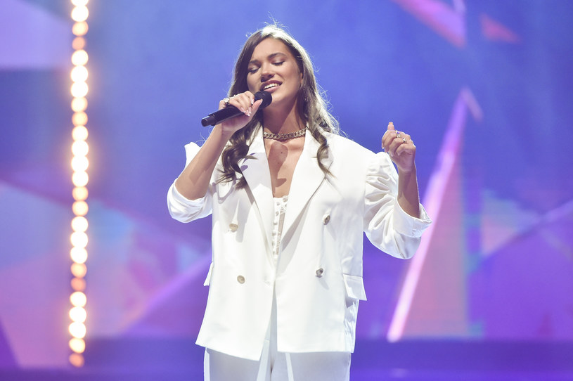 Młoda wokalistka Alicja Szemplińska szturmem podbiła polską scenę. Zgromadziła już pokaźne grono fanów, z którymi chętnie dzieli się fotografiami z życia prywatnego i zawodowego.