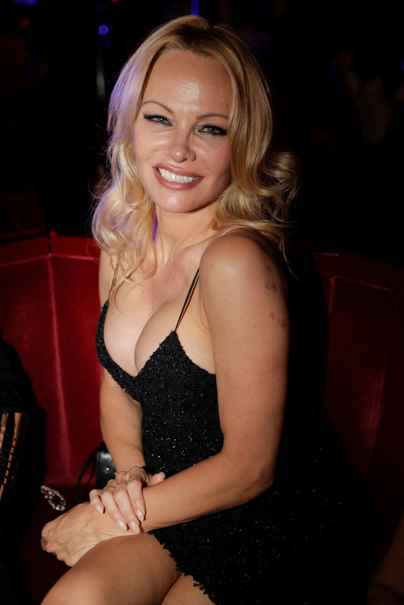 W 1997 roku Pamela Anderson i Tommy Lee wyjechali na miesiąc miodowy, w którego czasie nagrali materiał wideo, przedstawiający ich stosunki seksualne. Prywatna taśma została jednak skradziona, by następnie trafić do sprzedaży i stać się międzynarodowym bestsellerem. Teraz wydarzenia sprzed lat powracają, bo właśnie powstaje serial o tym skandalu. Co na to Pamela Anderson?