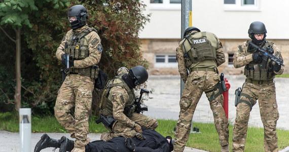 Spektakularna akcja antyterrorystów w wielkopolskim Licheniu. Jak ustalili nasi reporterzy, policjanci w jednym z tamtejszych hoteli zatrzymali trzech mężczyzn. Sprawa ma związek z porannym incydentem na poznańskich Jeżycach.