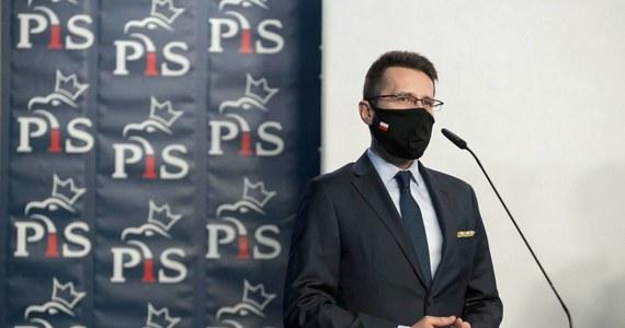 """""""Każdy pomysł w 'Polskim Ładzie' ma poparcie wszystkich partii w Zjednoczonej Prawicy. Pracowaliśmy nad tym wspólnie, byliśmy otwarci na sugestie naszych koalicjantów, przyjmowaliśmy ich rozwiązania"""" - mówi w Popołudniowej rozmowie w RMF FM wicerzecznik PiS Radosław Fogiel. I zapewnia: """"Jest decyzja polityczna liderów Zjednoczonej Prawicy, że cały 'Polski Ład' jest realizowany wspólnie"""". Czy zatem wszystkie trzy partie zgadzają się, że czas podnieść świadczenie w programie 500 plus? """"'Polski Ład' nie dotyka tematu 500 plus"""" - odpowiada gość Marcina Zaborskiego. I dodaje: """"Gdyby zależało wyłącznie od woli politycznej, a nie również od możliwości budżetowych - to bardzo chętnie zamienilibyśmy 500 plus na 1500 plus""""."""