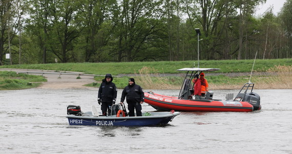 Policja potwierdza, że odnalezione dziś w Odrze w Lubuskiemu ciało to zaginiony w poniedziałek 13-letni Filip. Trwają poszukiwania drugiego z zaginionych chłopców, 15-letniego Marka.