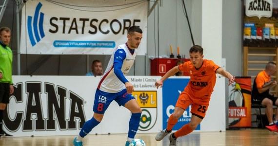 Końcowa syrena sezonu 2020/21 w STATSCORE Futsal Ekstraklasie zbliża się wielkimi krokami. Z tego też względu z coraz bardziej zapartym tchem obserwujemy, co ciekawego się dzieje w strefie spadkowej oraz w walce o wicemistrzostwo Polski. A dzieje się bardzo dużo!
