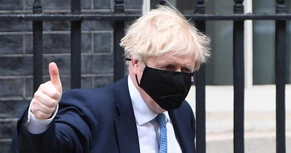 Zaplanowany na poniedziałek trzeci etap znoszenia restrykcji w Anglii się nie zmienia, ale indyjski wariant koronawirusa stanowi zagrożenie dla kolejnego etapu, który ma się zacząć 21 czerwca - przyznał w piątek po południu brytyjski premier Boris Johnson.