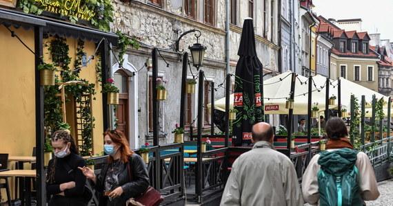 Wiele lokali gastronomicznych nie ma ogródków restauracyjnych, musi więc czekać na otwarcie branży pod koniec maja - ocenił Sławomir Grzyb z Izby Gospodarczej Gastronomii Polskiej. Dodał, że przez pandemię odeszło z branży 200 tys. pracowników.