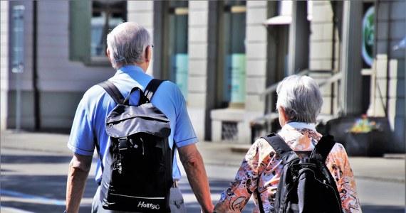 W ramach reformy systemu podatkowego emerytury i renty zostaną podwyższone o wysokość podatku dla świadczeń do poziomu 2500 zł – przewiduje Polski Ład. Są również rozwiązania na rzecz wydłużania okresu aktywności zawodowej seniorów.
