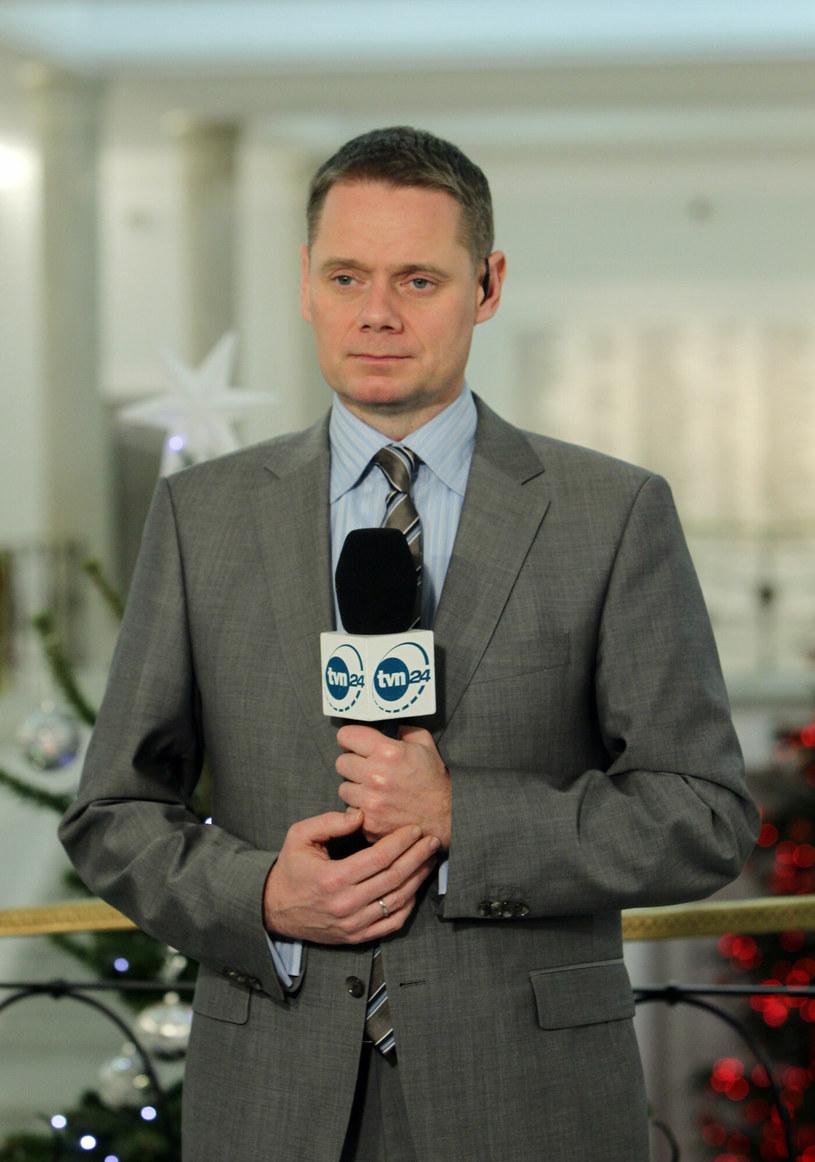"""Kiedy Anna Seremak przekazywała w sobotę widzom TVN24 informację o śmierci Rafała Poniatowskiego, dziennikarka z trudem opanowała emocje. """"To nie jest dobry dzień dla nas, to jest dla nas trudny dzień i chcemy się z państwem tym podzielić"""" - mówiła łamiącym głosem."""