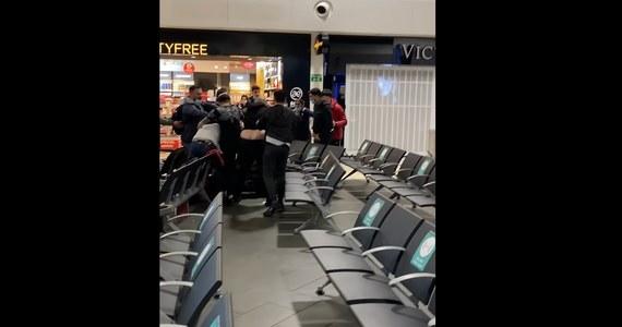 Cztery osoby zostały ranne, z czego trzy poważnie, a 17 aresztowano po potężnej bójce, jaka wybuchła w terminalu odlotów na lotnisku Luton pod Londynem - podały w sobotę brytyjskie media.
