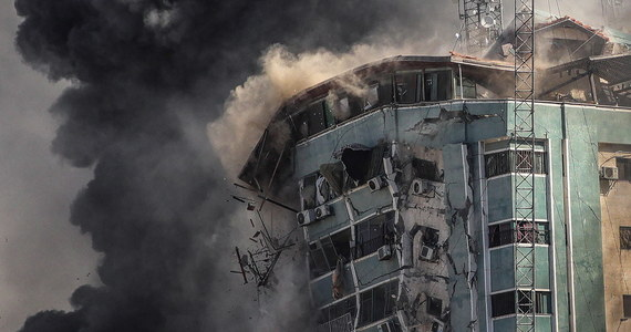 """Sekretarz Generalny Organizacji Narodów Zjednoczonych Antonio Guterres jest """"oburzony rosnącą liczbą ofiar cywilnych"""" i """"głęboko zaniepokojony"""" izraelskim atakiem na budynek w Gazie, gdzie mieściły się redakcje międzynarodowych mediów - powiedział rzecznik prasowy ONZ, Stéphane Dujarric."""